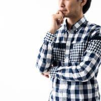 考える若い男性