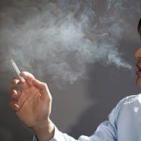 タバコを吸う男性